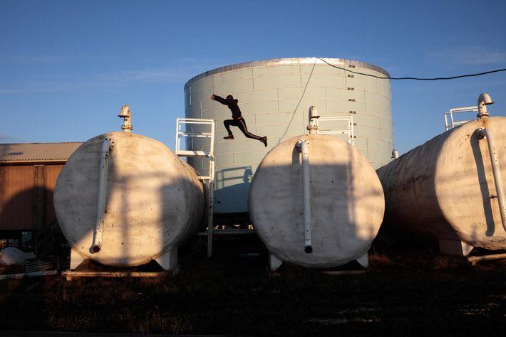 Crianças a brincar nas decrépitas instalações de tratamento de água de Newtok.