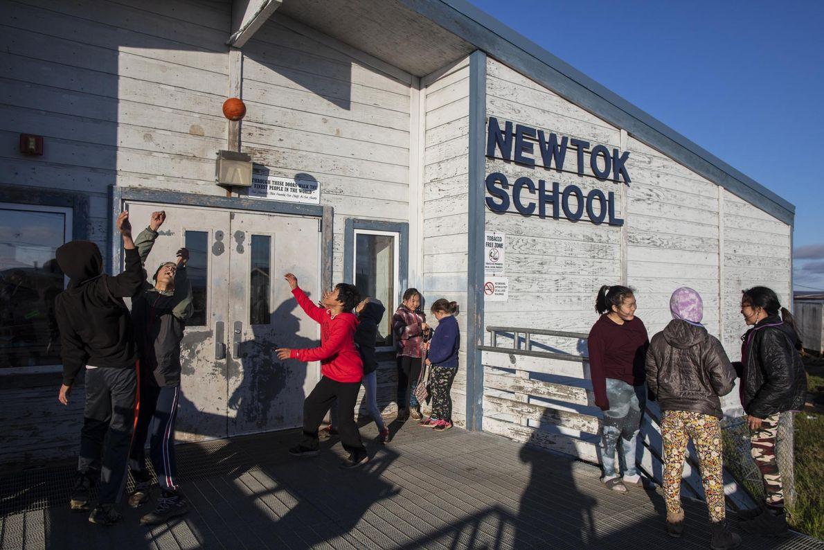 À medida que mais crianças se mudam para a nova comunidade em Mertarvik, a escola de ...