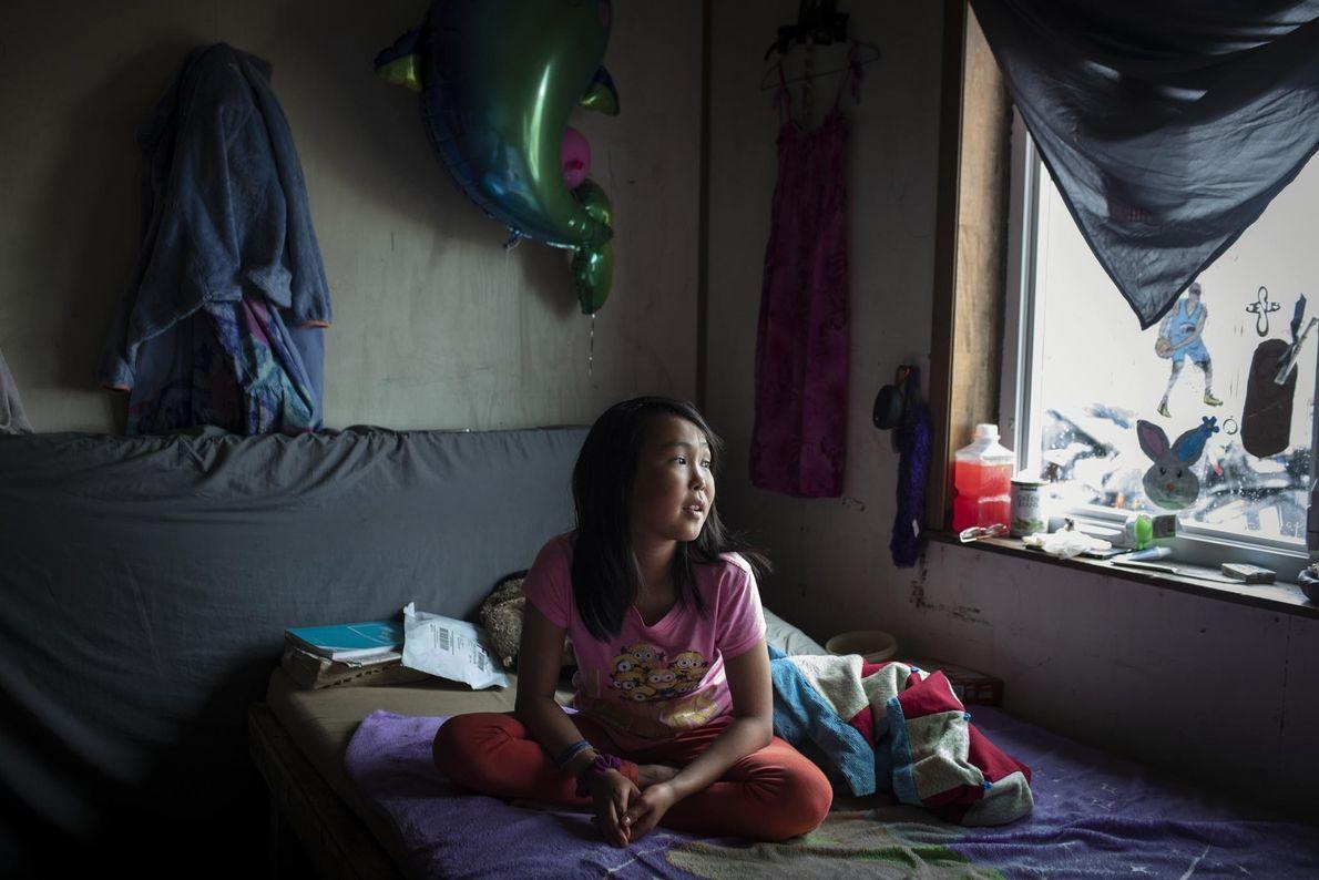 O telhado do quarto de Jasmine Kassaiuli abriu-se recentemente ao meio devido ao degelo do pergelissolo ...