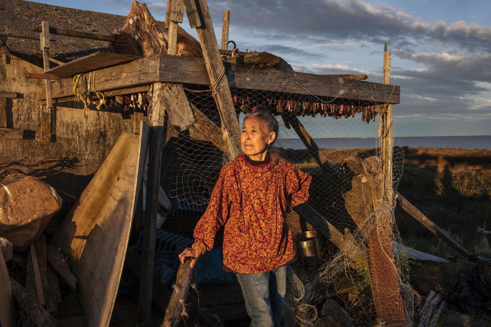 Monica Kasayuli seca arenques antes de se mudar para a nova aldeia em Mertarvik.