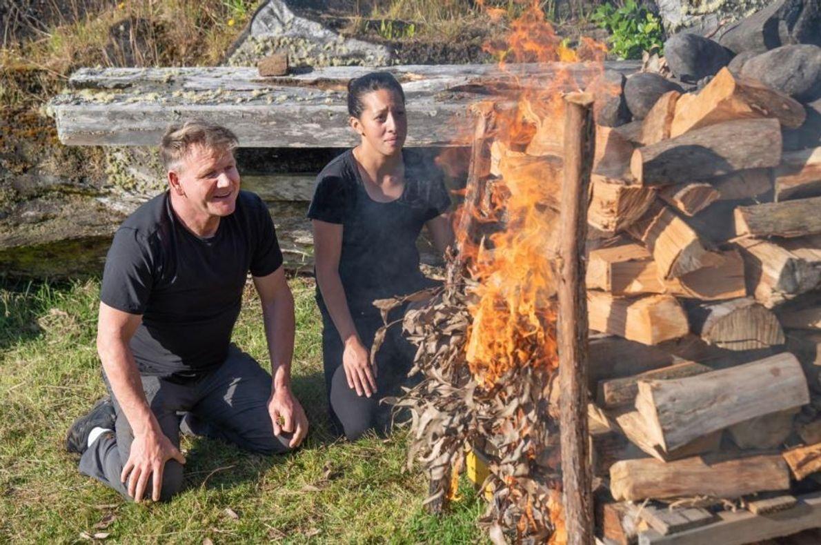 "Gordon Ramsay e a chef neozelandesa, Monique Fiso, aquecem as pedras para o seu ""buraco hāngi"", ..."