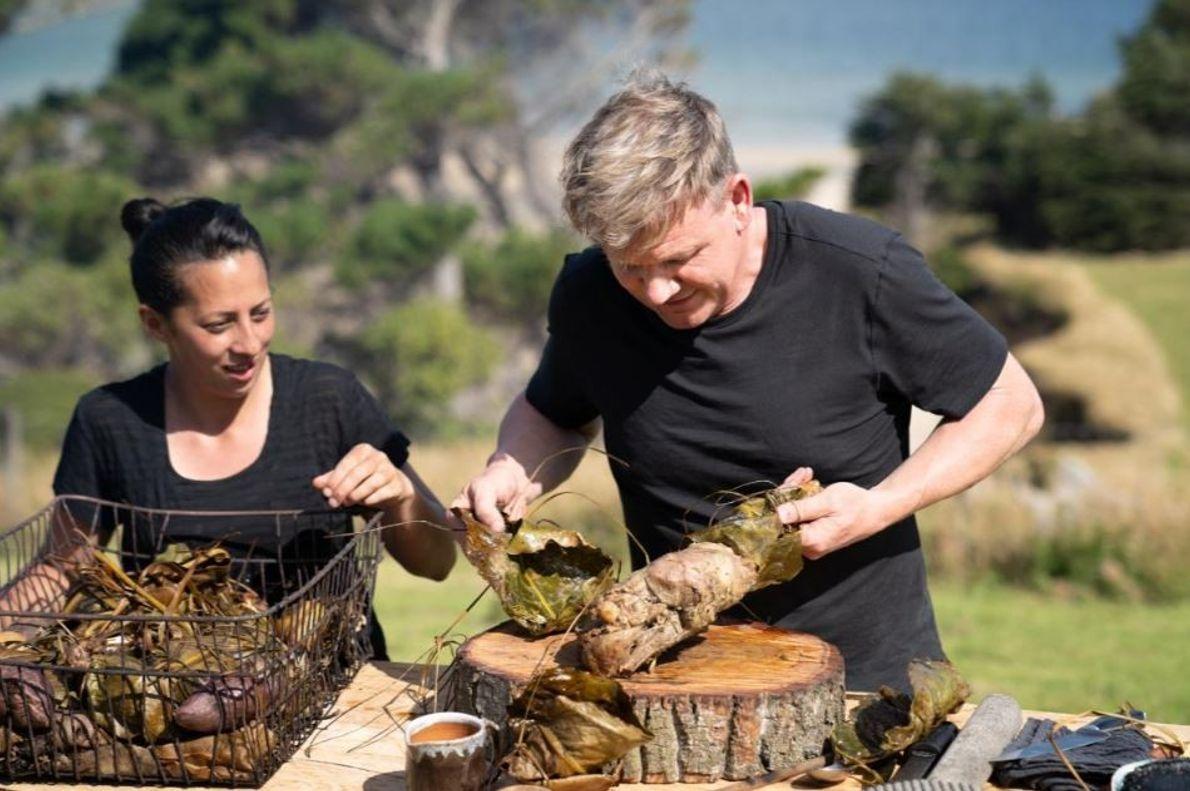 Monique Fiso e Gordon Ramsay preparam uma refeição com ingredientes e técnicas tradicionais para os anciãos ...