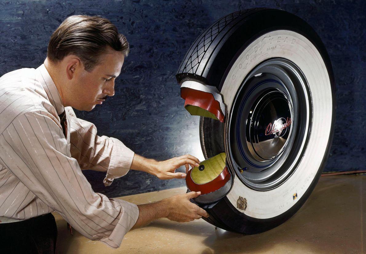 A borracha é usada para fabricar pneus desde que os carros foram inventados. Nesta imagem, retratada ...