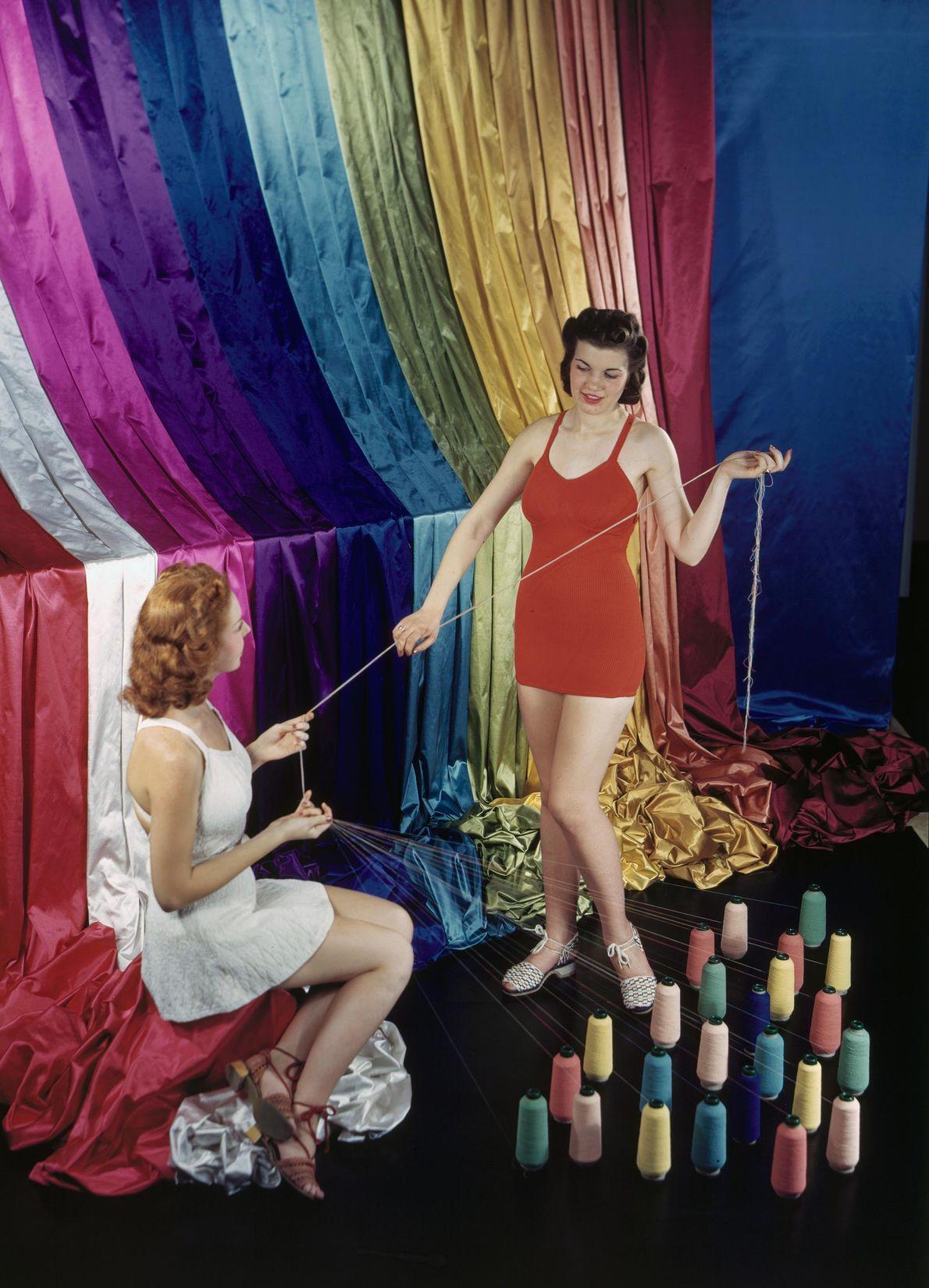 Mulheres a exibir o fio de borracha usado para fazer fatos de banho. Na época, os ...