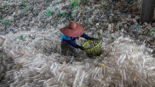 Garrafas de plástico enchem um centro de reciclagem, em Valenzuela, nas Filipinas.