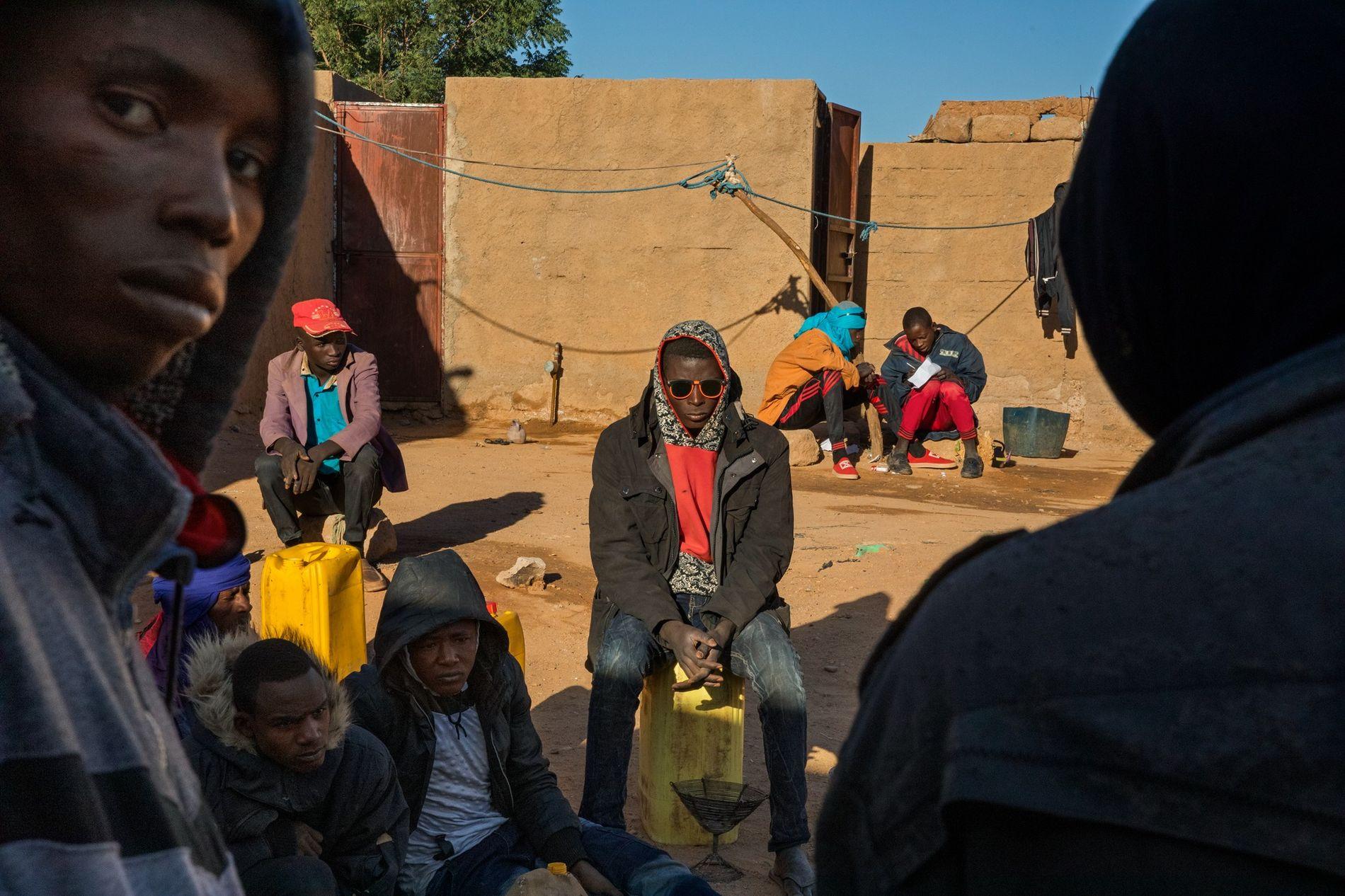 Jovens do Níger e de outros lugares esperam num 'gueto' de migrantes, em Agadez, no Níger, ...