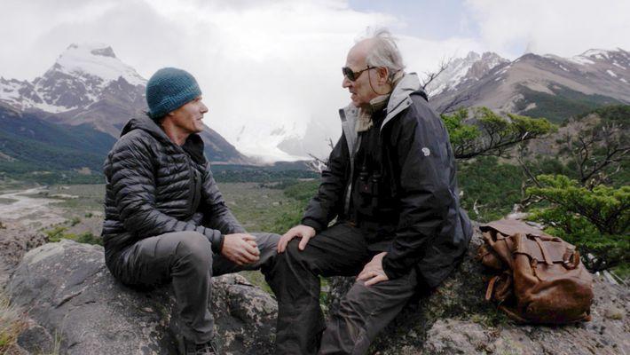 Alberto Castillo, membro da equipa de filmagens do documentário Nomad, conversa com Werner Herzog. Ao lado ...