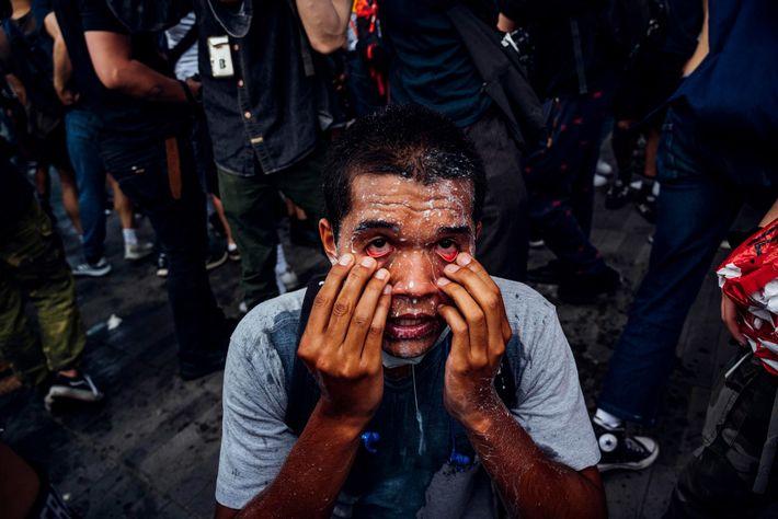 Um manifestante coberto de leite, no dia 29 de maio de 2020, depois de o Departamento ...
