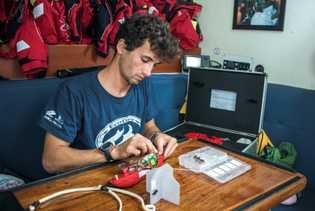 Sílvio Solleliet faz uma última revisão aos transmissores prestes a serem usados.