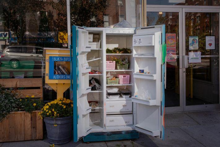 Em Queens, Nova Iorque, um frigorífico comunitário permite que as pessoas doem ou recolham alimentos. O ...