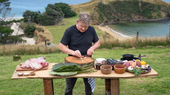 Gordon Ramsay prepara uma refeição com ingredientes e técnicas gastronómicas locais que aprendeu durante as suas ...