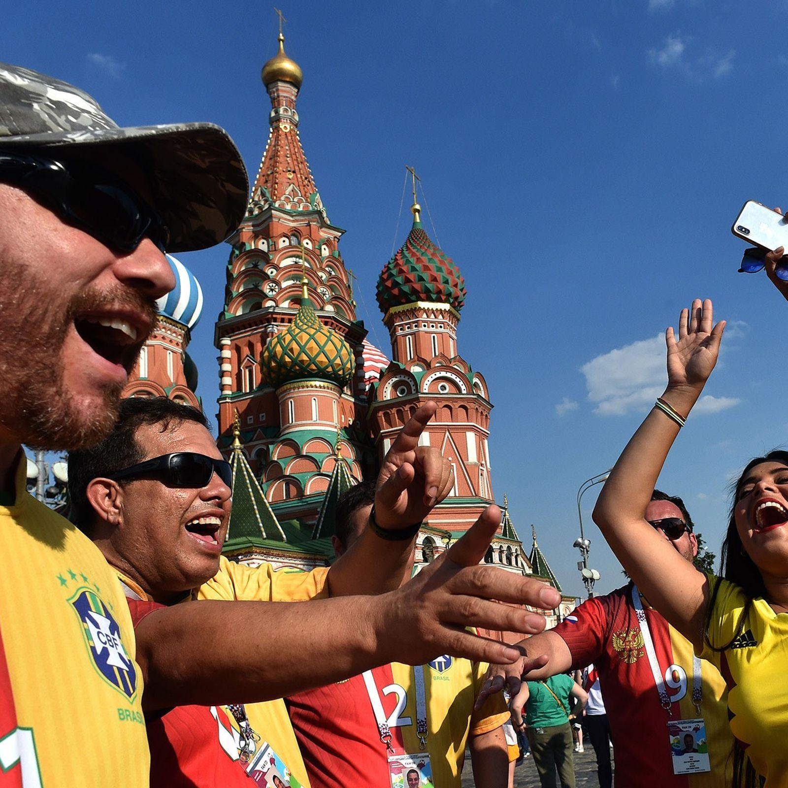 Adeptos vivem a febre do Mundial de Futebol de 2018, em Moscovo, na Rússia.