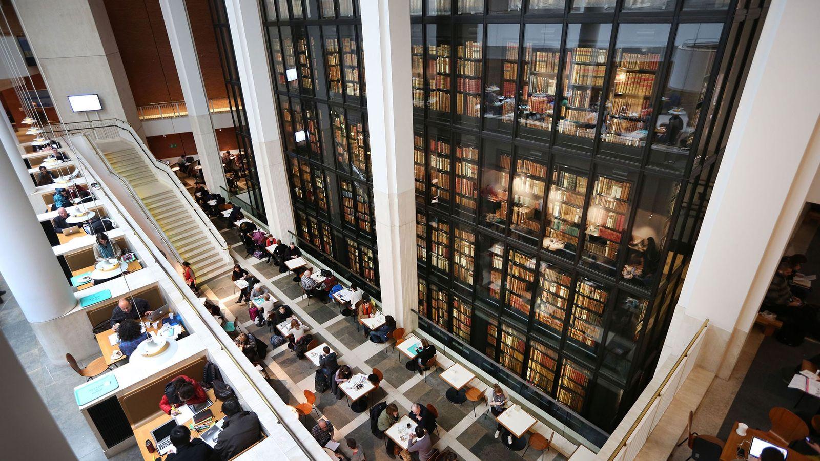 Visitantes ocupam os assentos do café da Biblioteca Britânica.