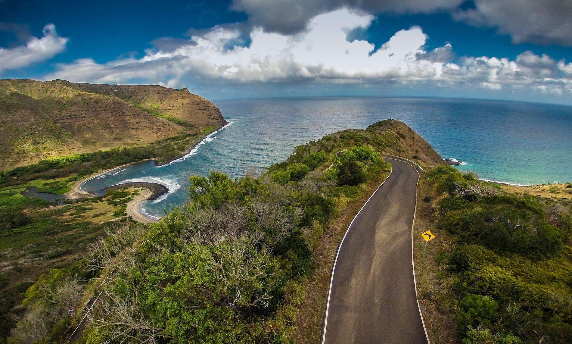 Uma estrada atravessa a ilha de Molokai, no Havai, em direção ao vale de Halawa, onde ...