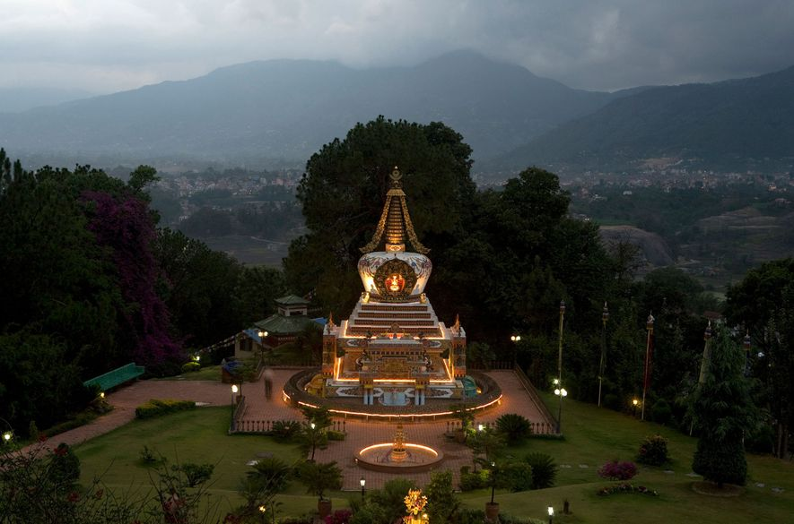 Luzes iluminam a estupa budista no mosteiro de Kopan, no Nepal. À chegada ao mosteiro para ...