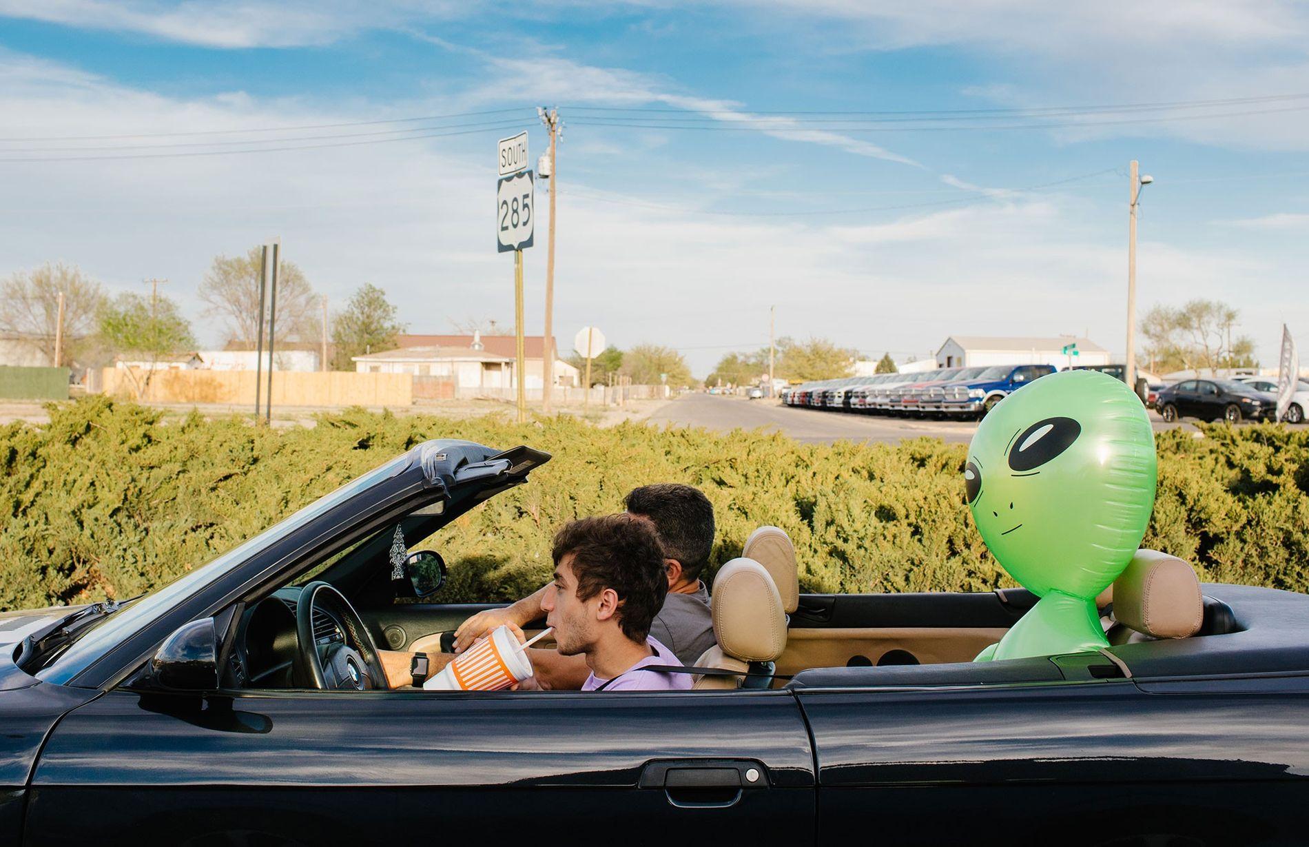Dois humanos com um passageiro clandestino dirigem-se para Roswell, no Novo México, lugar famoso pelo suposto ...