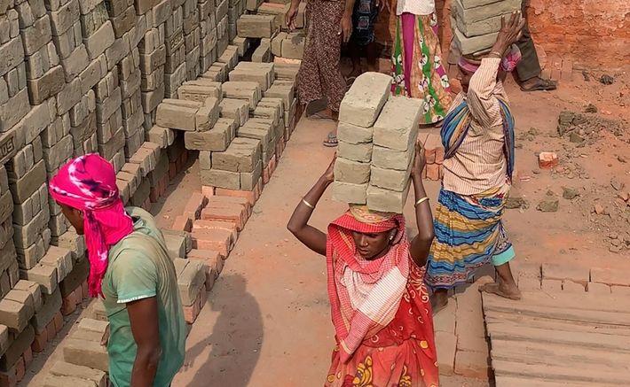 Trabalhadores da fábrica de tijolos ABC, no estado de Assam, no nordeste da Índia, a encher ...