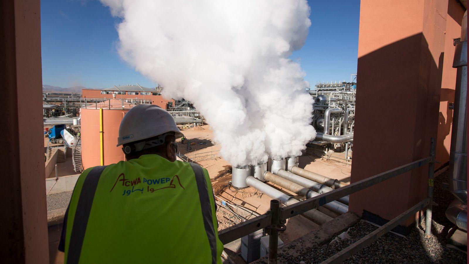 A enorme estação de energia solar de Marrocos, aqui retratada, gera eletricidade suficiente para abastecer duas ...