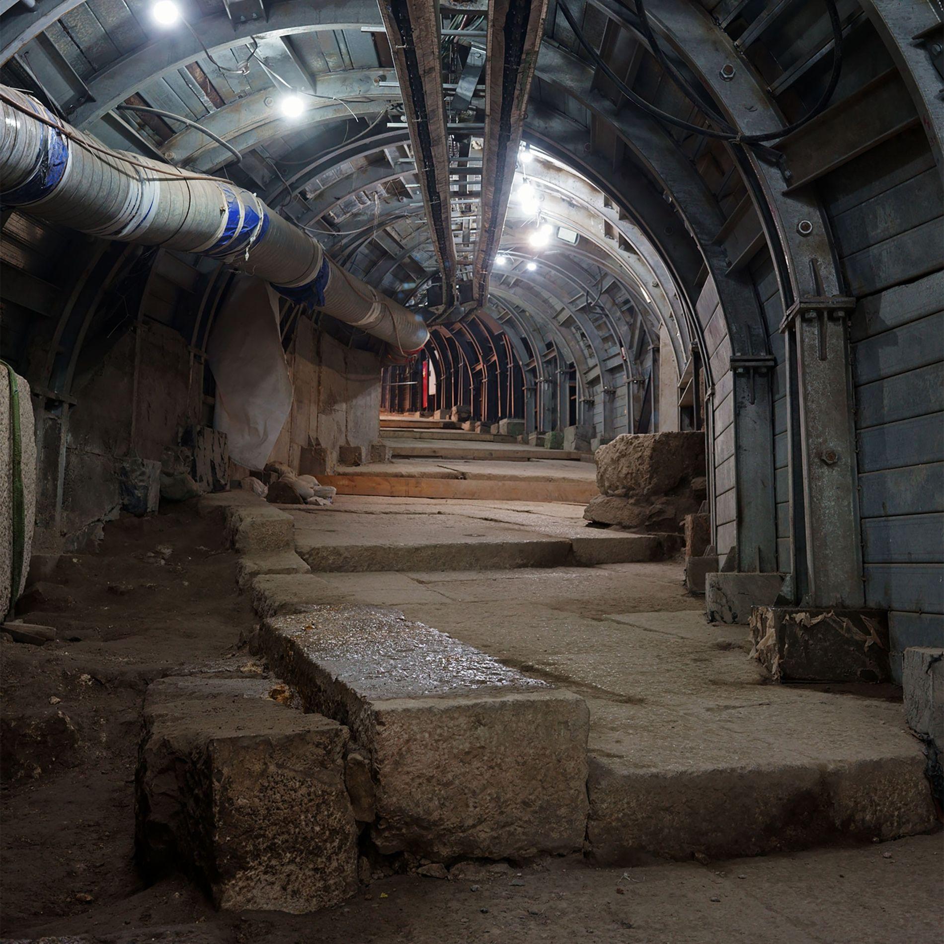 Para revelar uma antiga rua de Jerusalém, arqueólogos e engenheiros israelitas estão a construir um túnel ...