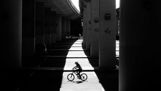 Um ciclista passava por baixo da autoestrada e da estação Rockridge BART, no dia 31 de ...