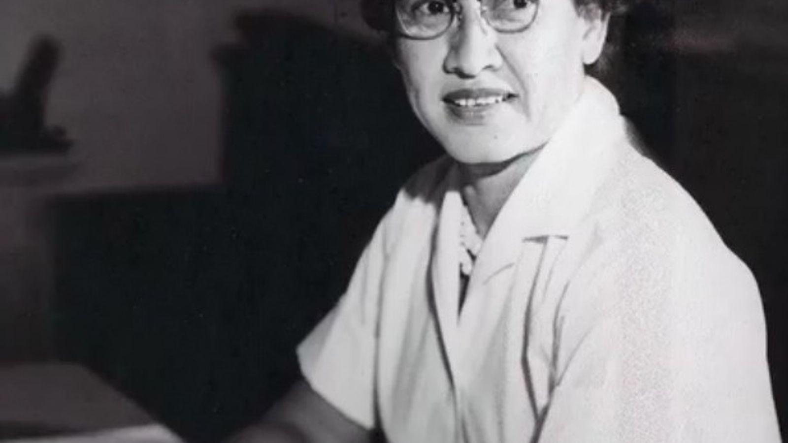Katherine Johnson, investigadora matemática da NASA, sentada na sua secretária no Centro de Investigação Langley, em ...