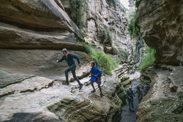 A área do parque é gerida pela comunidade, com visitas guiadas oferecidas pelos indígenas Massai.