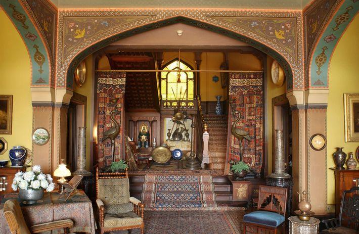 Tapetes, artefactos e peças de arte recolhidas nas suas viagens ao estrangeiro decoram a Olana de ...