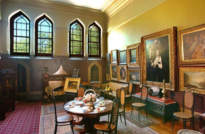 Que tal esta imagem de fundo para uma videochamada? O interior da casa de Frederic Church, ...