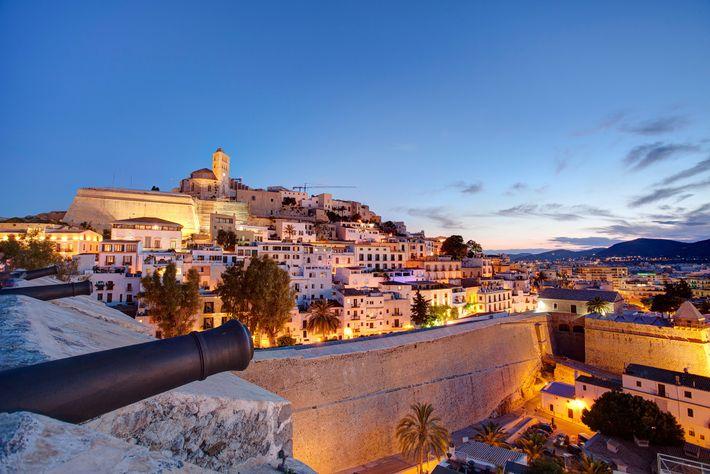 Em Ibiza, as lojas de roupa e artesanato preenchem as ruas de calçada de Dalt Vila ...