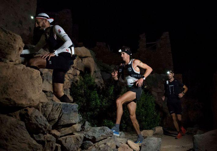 Os corredores Diego Pazos, da Suíça, Jason Schlarb, dos Estados Unidos, e Gediminas Grinius, da Lituânia, ...