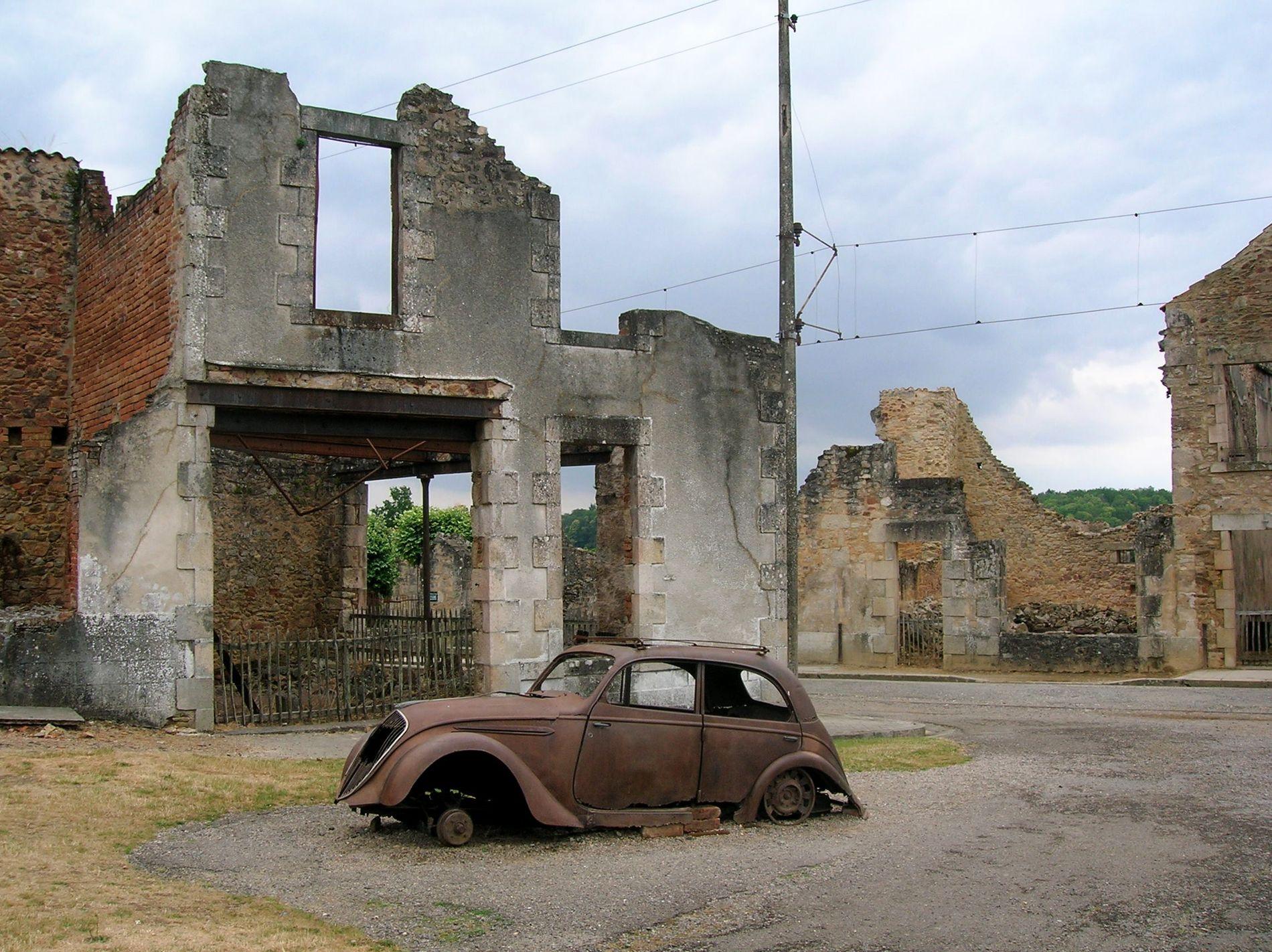Carcaça de carro após mais de 70 anos.