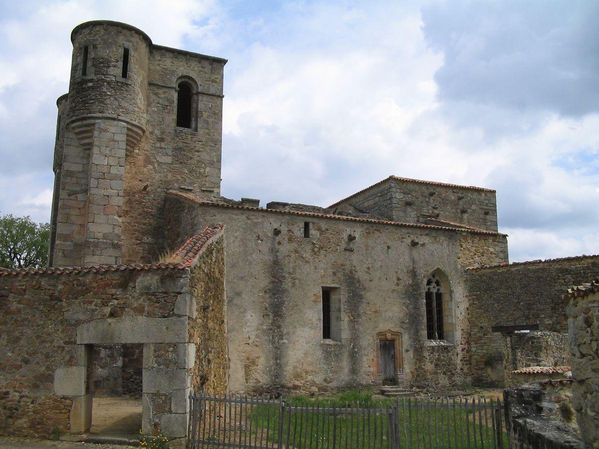 A igreja onde mulheres e crianças foram massacrados.