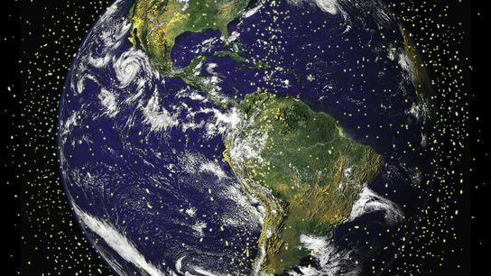 Acredita-se que cerca de 29.000 objetos feitos pelo homem, com mais de 10 centímetros, orbitam a ...