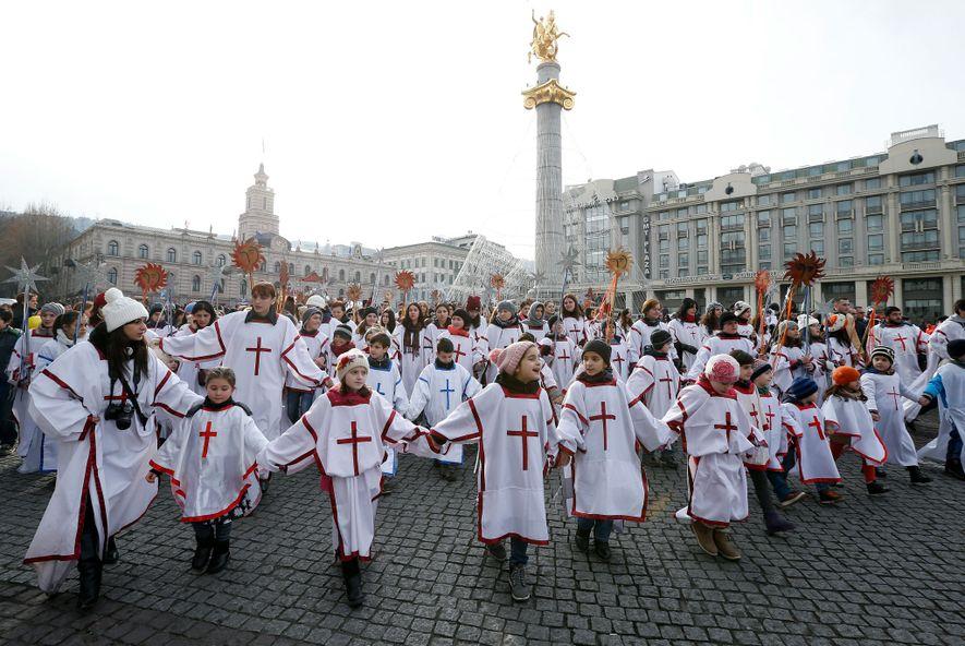 Crianças participam numa procissão de Natal, em Tbilisi, na Geórgia, no dia 7 de janeiro de ...