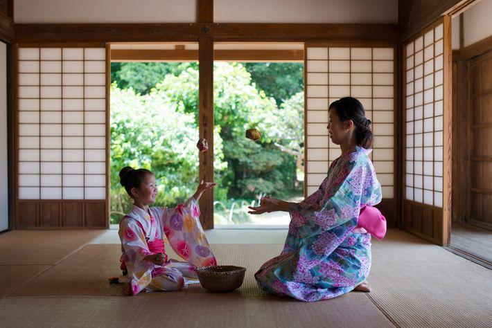 Otedama, um jogo tradicional japonês, joga-se com sacos de feijões.