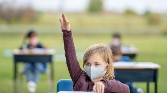 Em resposta à pandemia de coronavírus, os alunos de uma escola de Peterborough em Ontário, no ...