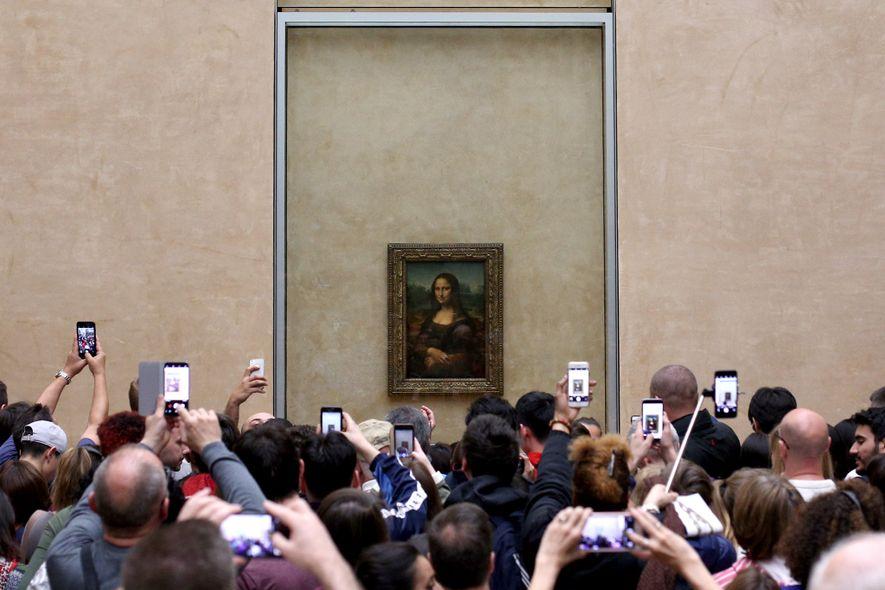 """Todos os anos, mais de sete milhões de pessoas visitam """"La Joconde"""", ou a Mona Lisa, ..."""