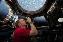 Terry Virts a fotografar na estação espacial