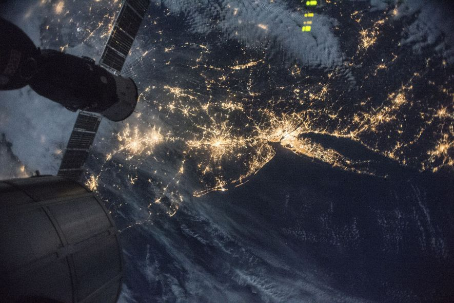 Nova Iorque e Long Island iluminadas de noite, com Filadélfia, Baltimore e Washington, D.C., à esquerda. ...