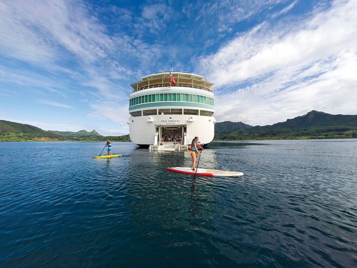 O Paul Gauguin foi construído com um fundo oco para navegar nas lagoas da Polinésia Francesa. ...