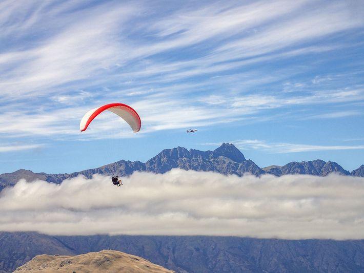 Parapentistas após um salto desde o pico de Bob, Nova Zelândia