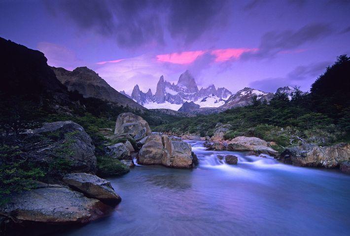 Nascer do sol ilumina uma montanha