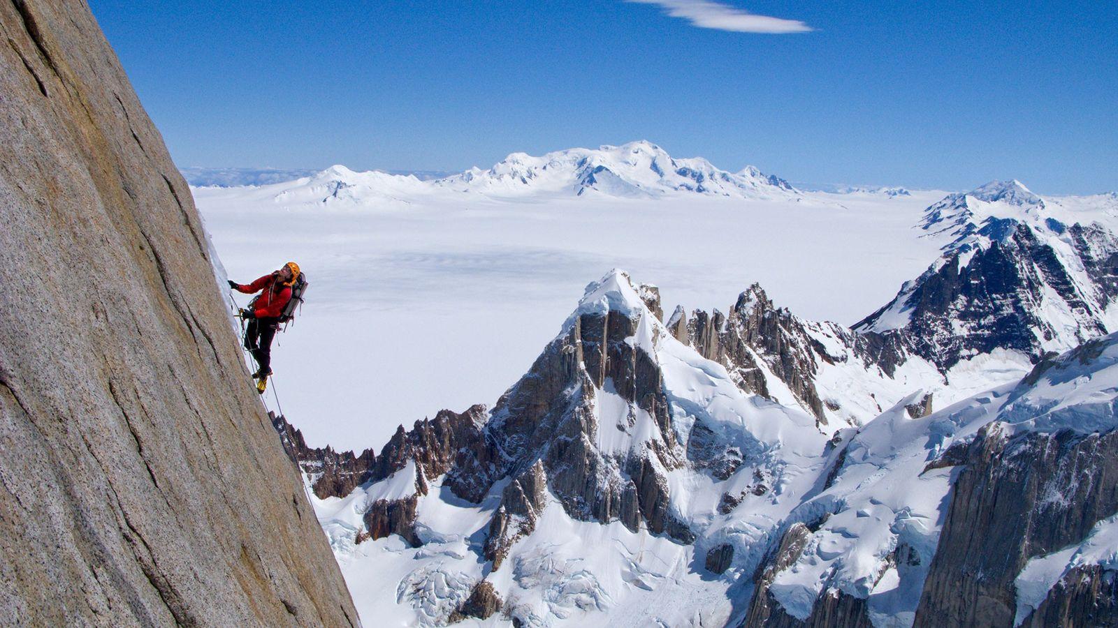Alpinista escala a face norte da Torre Egger