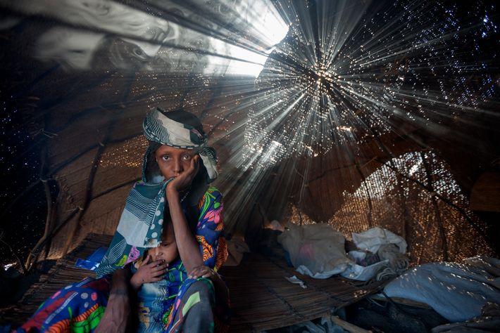 Aisha Barka e a sua filha Mariam não comeram até chegarem a um campo de refugiados ...
