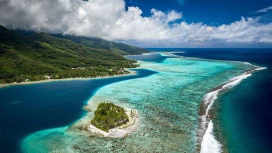 Há incríveis vistas aéreas de lagoas e montanhas em Moorea e Motu Ahi.
