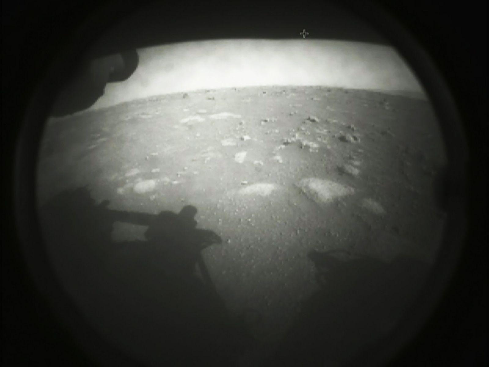 A sonda Perseverance captou a sua primeira imagem da superfície de Marte poucos momentos depois de ...