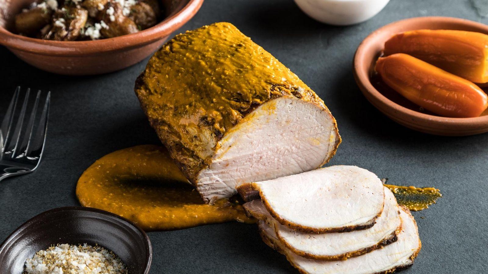 """Lombo de porco marinado com pimenta-aji, """"pisco"""", molho de manga, sal marinho fumado e camomila."""