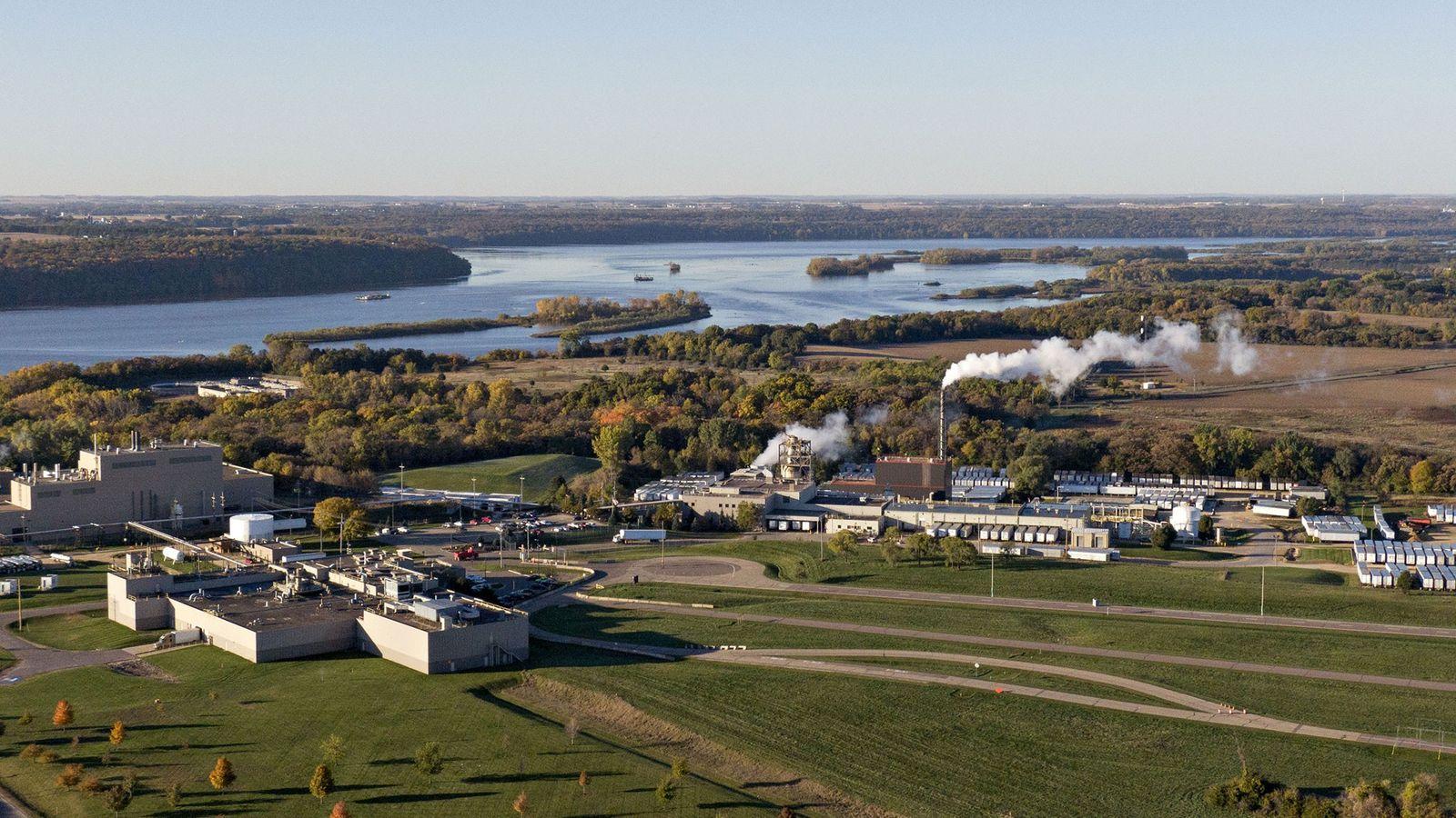 Nos EUA, em Cottage Grove, no Minnesota, existe uma fábrica que, desde os anos 1950, escoa ...