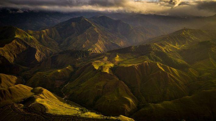 O sol da manhã ilumina as montanhas de Bukidnon, lar da rara águia-das-filipinas.