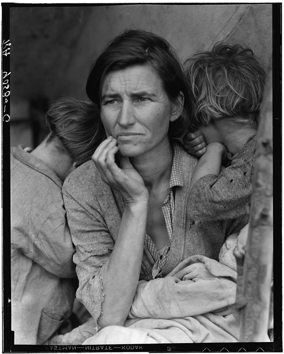 """Migrant Mother ""- Dorothea Lange , 1936"